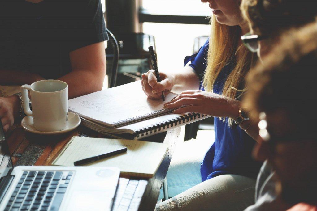 Equipe de trabalho em reunião