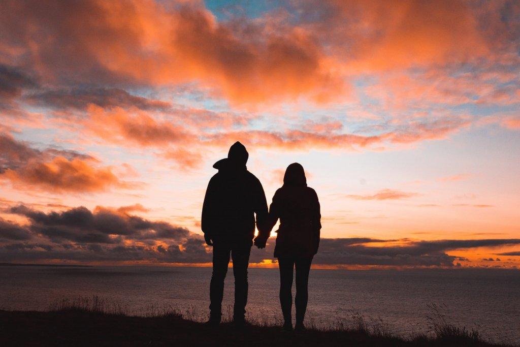 Casal olhando o horizonte